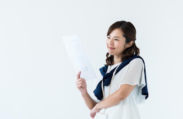 書類を見る笑顔の女性