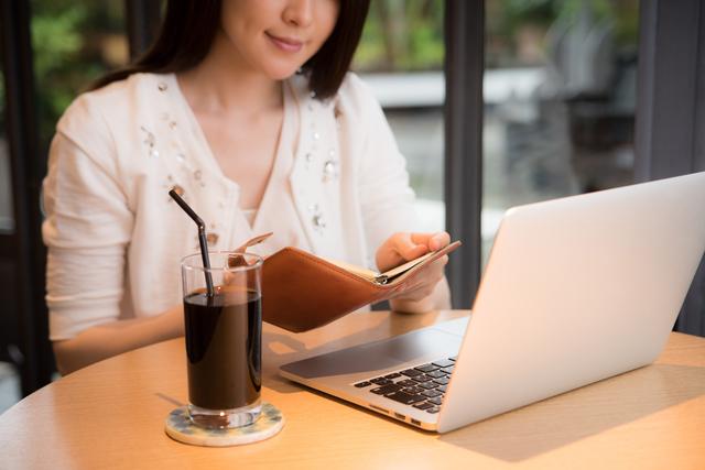 カフェでパソコンをする女性